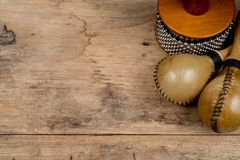 Slagverk på det wood skrivbordet Royaltyfri Fotografi