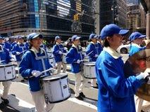 Slagverkavsnitt av en marschmusikband, cymbaler och valsar i en ståta i New York City, NYC, NY, USA Royaltyfria Foton
