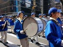 Slagverkavsnitt av en marschmusikband, valsar och cymbaler i en ståta i New York City, NYC, NY, USA Royaltyfri Bild