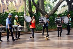 Slagverkmusikband Busking, Hyde Park, Sydney, Australien arkivfoto