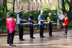 Slagverkmusikband Busking, Hyde Park, Sydney, Australien fotografering för bildbyråer