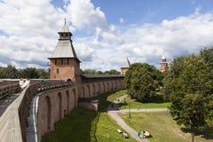 Slagvooruitgang Novgorod het Kremlin Torens Detintsa: Spasskaya, regeert en Kokui Velikiy Novgorod royalty-vrije stock afbeeldingen