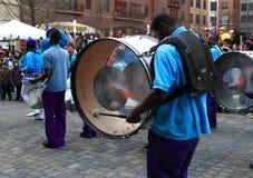Slagwerker bij de Entertainers die van Baltimore Band marcheren Stock Foto's