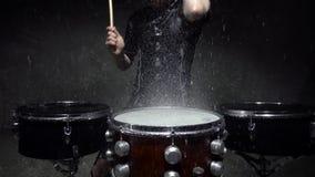 Slagwerker in de regen dichte omhoog langzame motie stock videobeelden