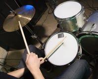 Slagwerker die drumset speelt. Royalty-vrije Stock Fotografie