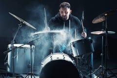Slagwerker die op trommels vóór rotsoverleg repeteren De muziek van de mensenopname bij het drumstel in studio royalty-vrije stock fotografie