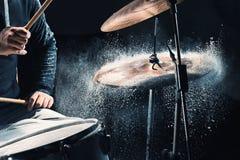 Slagwerker die op trommels vóór rotsoverleg repeteren De muziek van de mensenopname bij het drumstel in studio stock foto's