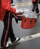 Slagwerker in een het Marcheren Band Stock Afbeeldingen