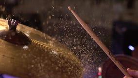 Slagwerker op nat trommelklankbekken raken, en het water die van klankbekken in langzame motie 120 fps bespatten stock video