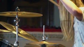 Slagwerker Plays Drums bij de Club Sluit omhoog van slagwerkerhand het spelen trommelplaat op rotsoverleg stock footage