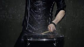 Slagwerker in regen dichte omhooggaand stock footage