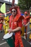 Slagwerker in rood bij de Notting Heuvel Carnaval Stock Fotografie