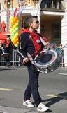 Slagwerkerjongen met trommel op de straat in de Carnaval-parade royalty-vrije stock afbeeldingen