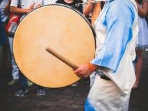 Slagwerkerprestaties, Taiko Drum, Japanse folklore De Japanse kunstenaar presteert in Bon Festival in blauwe kimono met grote tro stock foto