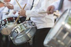 Slagwerkers die de Trommels van de Strik in Parade spelen royalty-vrije stock afbeelding