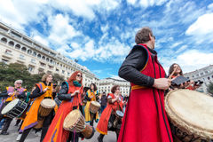 Slagwerkers en musici die traditionele muziek spelen royalty-vrije stock afbeeldingen