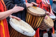 Slagwerkers en musici die traditionele muziek spelen stock afbeelding