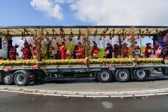 Slagwerkers op het platform van bloem Jaarlijks kleurrijk schouwspel van bloemen in Holland stock fotografie