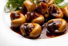 Slakken die in tamarindesaus worden gekookt met kruiden stock afbeeldingen