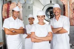 Slaktare With Confident Team In Butchery royaltyfri bild