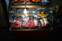 Slaktare` s shoppar stallen Marocko för nytt kött Royaltyfri Bild