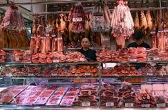 Slaktare Shop i den Boqueria marknaden Arkivfoton