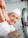 Slaktare Smiling In Butchery royaltyfri fotografi