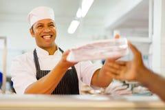 Slaktare som säljer packat kött royaltyfria bilder