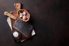 slaktare Tappningköttkniv och kryddor arkivfoto