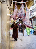 Slaktaren shoppar i souken av Fes Arkivbilder