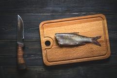 Slakten av den rå fisken Arkivfoto