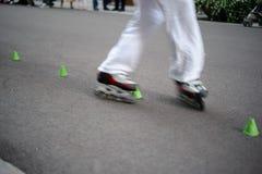Slalom in linea pattinante Fotografie Stock