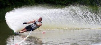 Slalom mais waterskier do esqui do slalom Imagem de Stock Royalty Free