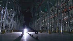Slalom op een rol in een logistiekcentrum in backlight stock footage