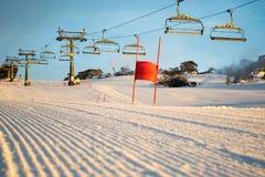 Slalomowy biegowy kurs jest ustawiania wczesnym porankiem zdjęcia royalty free