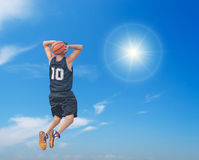 Slam Dunk in der Sonne Stockbilder
