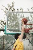 Slam Dunk durch jungen Mann Lizenzfreie Stockfotografie