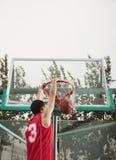 Slam Dunk durch jungen Mann Lizenzfreie Stockbilder