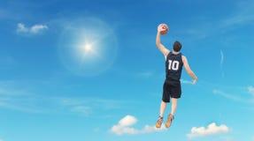 Slam Dunk im Himmel stockbilder