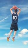 Slam Dunk mit Wolken Lizenzfreies Stockfoto