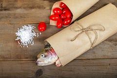Slamon met zout en tomaat Stock Afbeeldingen