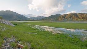 Slangrivier en moerassige banken onder de hemel van de cumuluswolk in Alpien Wyoming Stock Fotografie