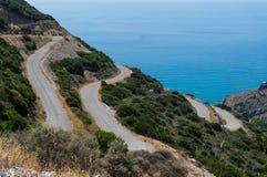 Slangweg of spiraalvormige weg bij Kythera-eiland in Griekenland stock afbeeldingen