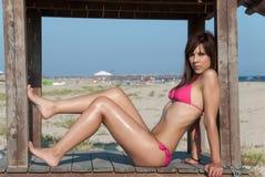 Slank attraktiv kropp i rosa bikini Arkivbild