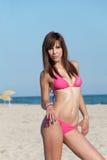 Slank attraktiv kropp i rosa bikini Arkivfoto
