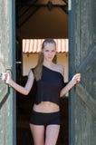 Slank blond anseendeframdel av stalldörren Royaltyfria Bilder