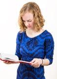 Slank blond kvinna som läser en bok Royaltyfri Fotografi