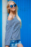 Slank blonde-jaar-oud portret van een mooie vrouw in vest stock foto's