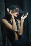 Slank elegant flicka med kort brunt hår Royaltyfria Bilder