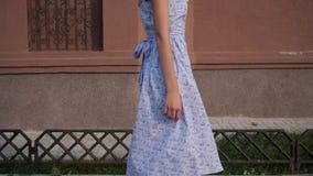 Slank Europees model in in blauwe kledingsgangen langs straat stock footage